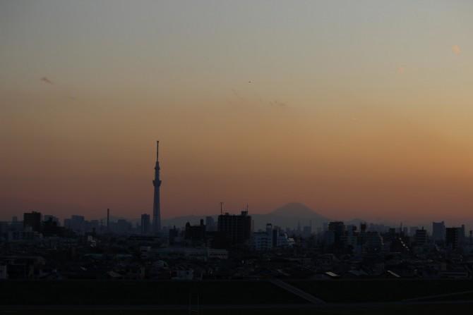 日没後の東京スカイツリーと富士山