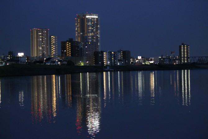 水面に映る市川のまち
