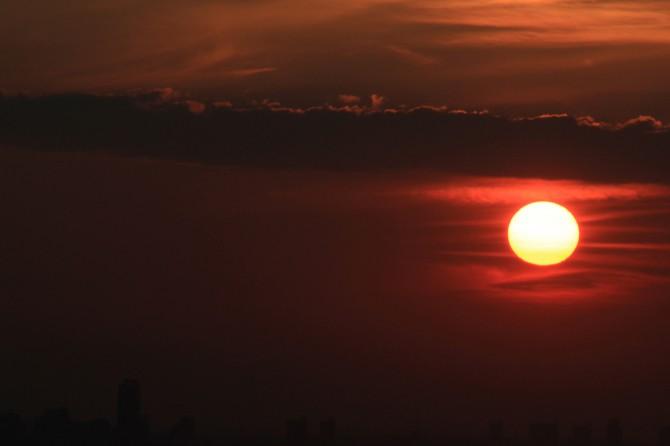 アイ・リンクタウン展望施設から撮影した日没前の太陽