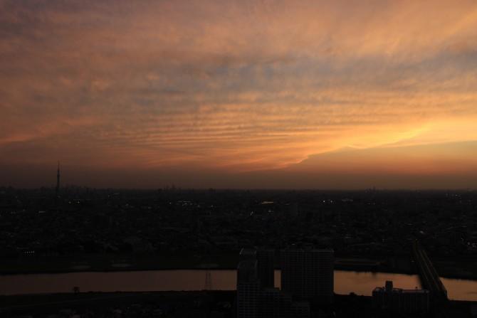 夕陽と波打つような雲