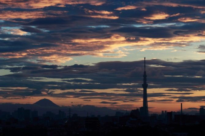 富士山と東京スカイツリーと夕焼け
