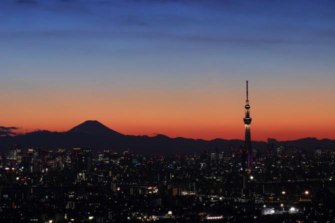 昨日の日没後 アイ・リンクタウン展望施設から富士山と東京スカイツリー