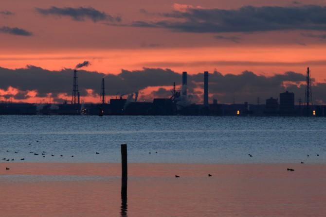 日の出前の工業地帯 行徳港より