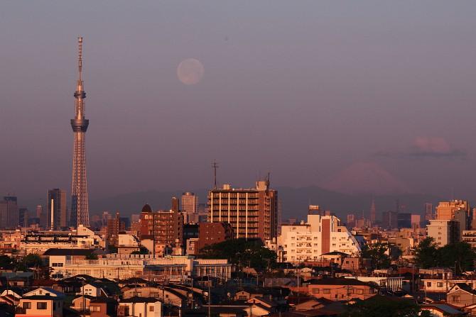 月と富士山と東京スカイツリー 里見公園より