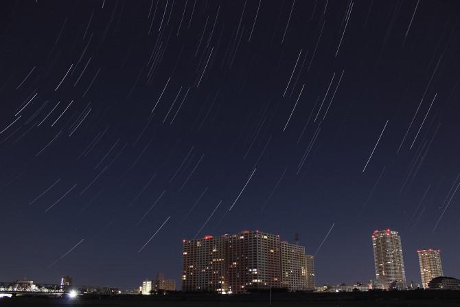 日の出前に撮った星の軌跡と市川駅方面
