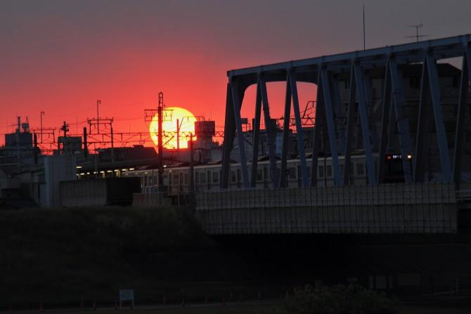 夕陽と京成線 江戸川の土手より