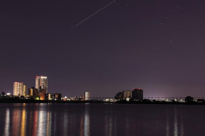 夜の市川駅方面と国際宇宙ステーション(ISS)の軌跡 本日も観察日和