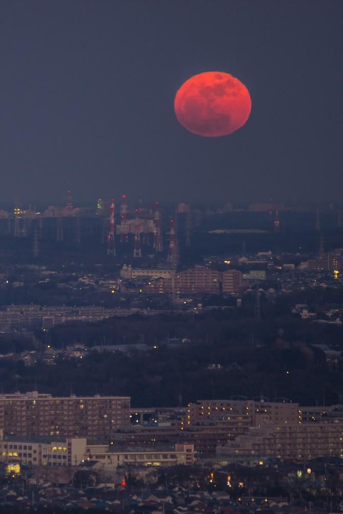 赤い月 満月の日にアイ・リンクタウン展望施設より