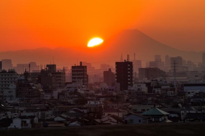 里見公園で夕陽が富士山にかかるようになりました