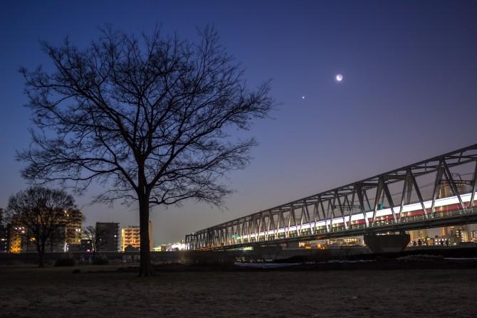 日の出前の江戸川 月と金星とともに