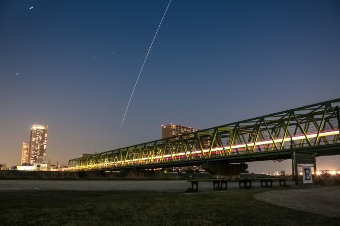 総武線江戸川橋梁と国際宇宙ステーション(ISS)の軌跡