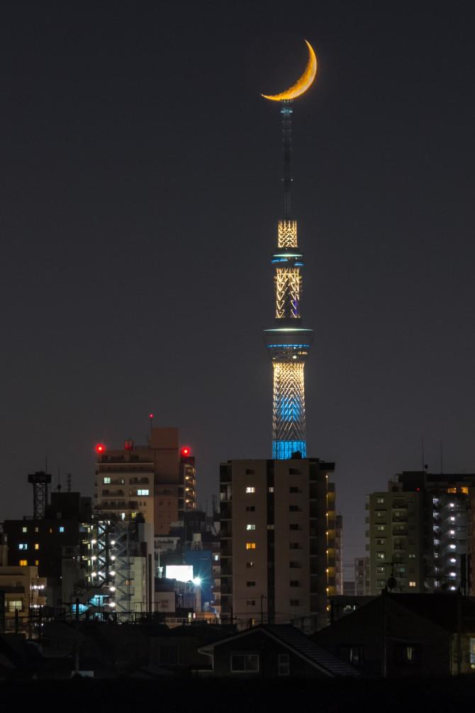 月と東京スカイツリー 江戸川の土手より