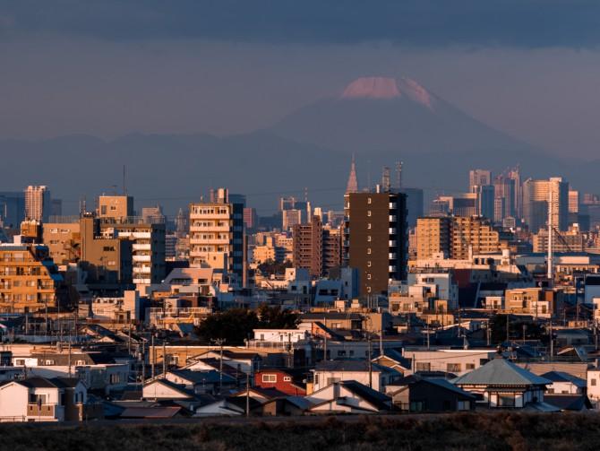 雪化粧しはじめた富士山 里見公園より