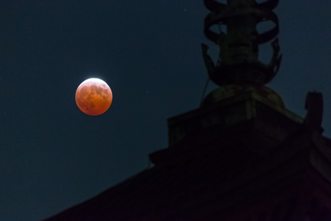皆既月食と五重塔