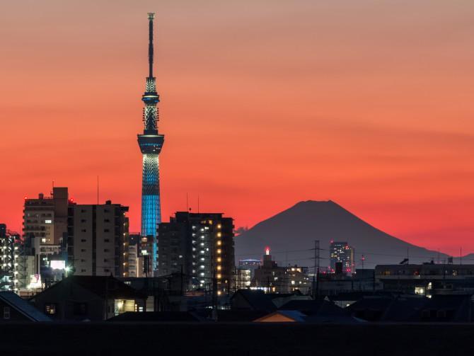 富士山と東京スカイツリー 江戸川の土手の上から