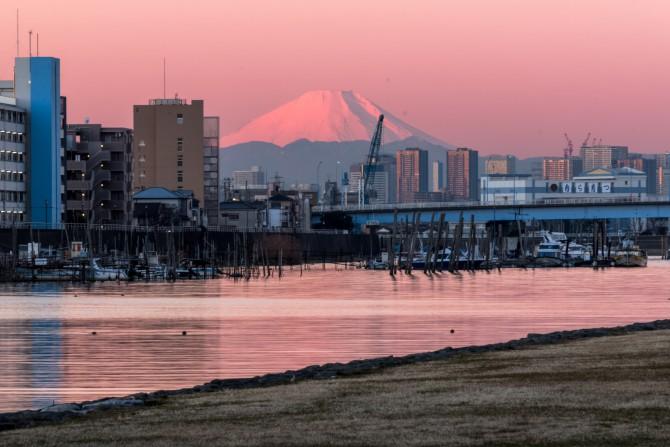 富士山が東に?旧江戸川のほとりから望む富士山