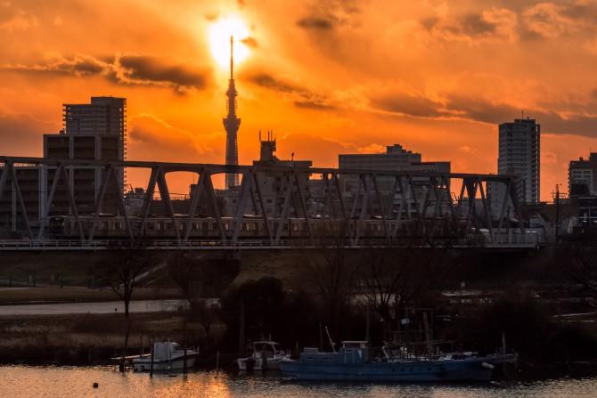 夕陽とスカイツリーと京成線
