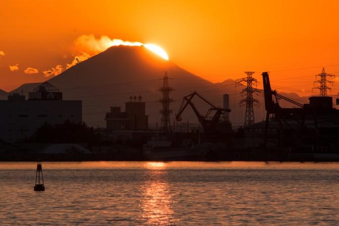 夕陽と雪煙の舞う富士山 市川港より