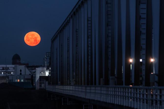 満月と京成電鉄江戸川橋梁