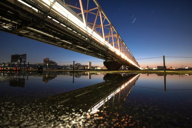雨のあと 京成電鉄江戸川橋梁の下から