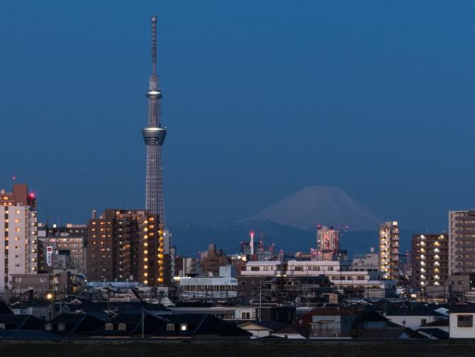 日の出前の富士山と東京スカイツリー