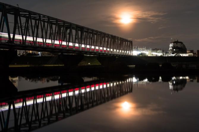 月と始発電車