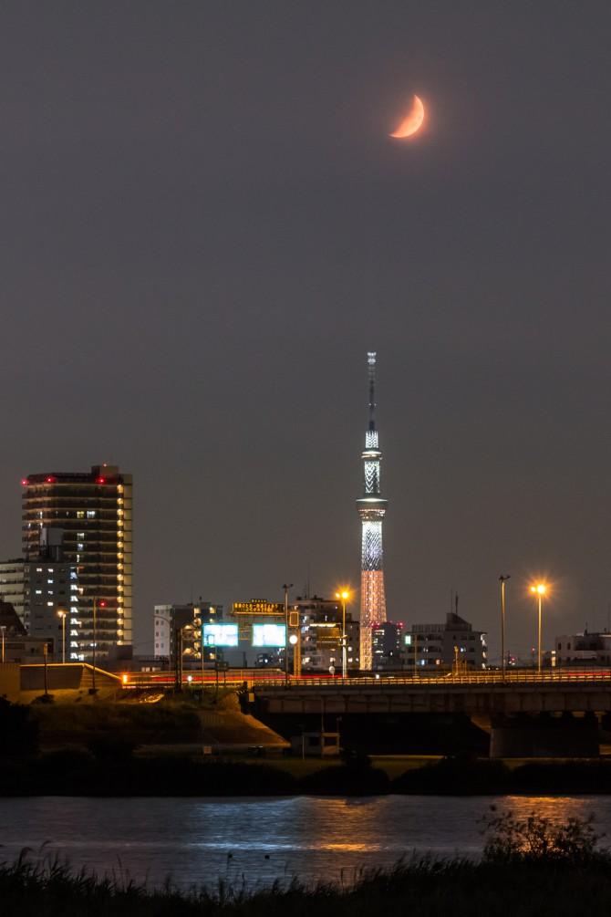 特別ライティング「煌」が点灯中の東京スカイツリーと月 江戸川より