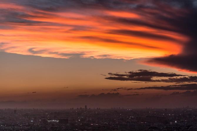 夕焼け雲と小さな街並み