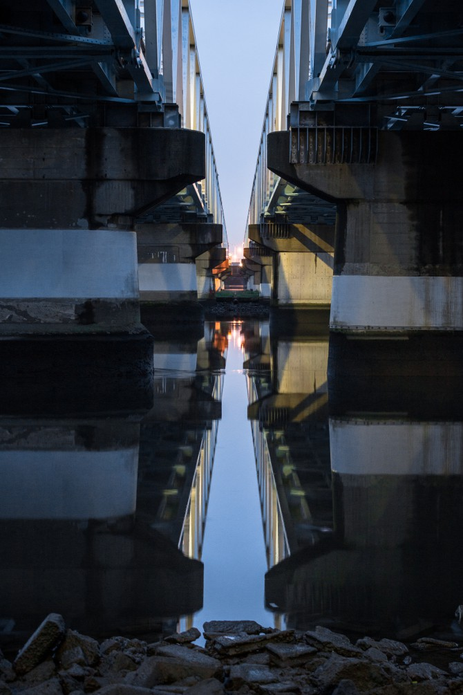 日の出前の江戸川 市川橋の下から