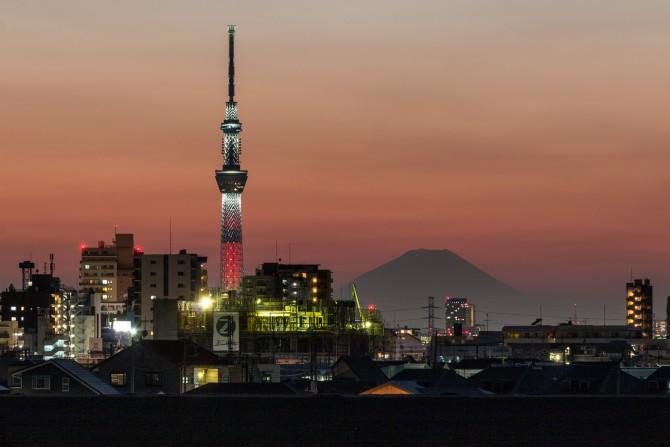 クリスマス限定ライティング中の東京スカイツリーと富士山