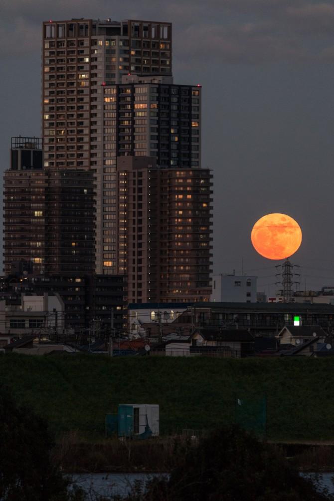 満月と本八幡駅周辺の街並み