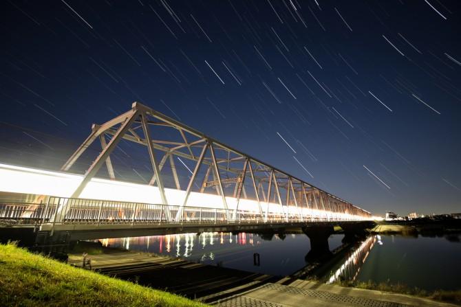 夜明け前の空と京成線