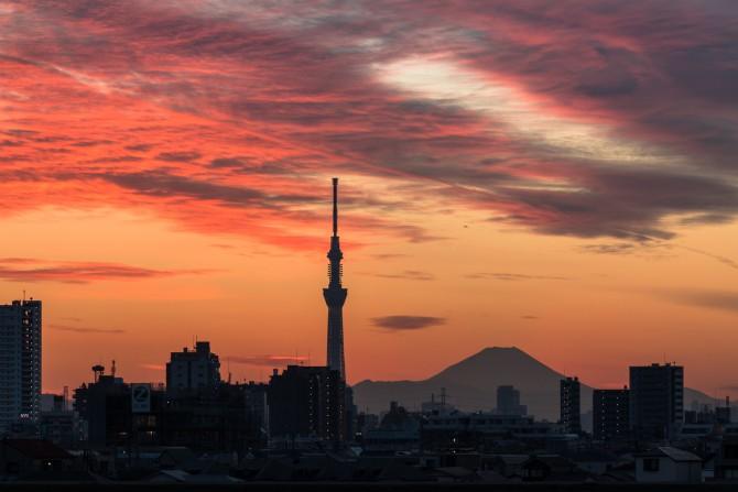 夕焼け雲と富士山とスカイツリー