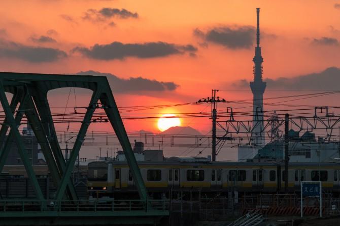 総武線と夕陽と富士山のてっぺん