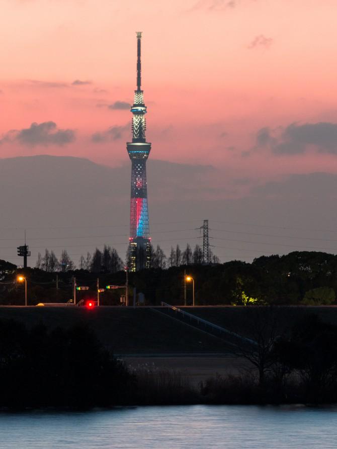 『スター・ウォーズ/フォースの覚醒』公開記念ライティングが点灯中の東京スカイツリー