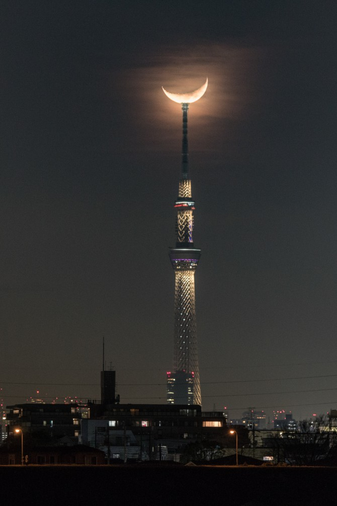 細い月と 江戸川より