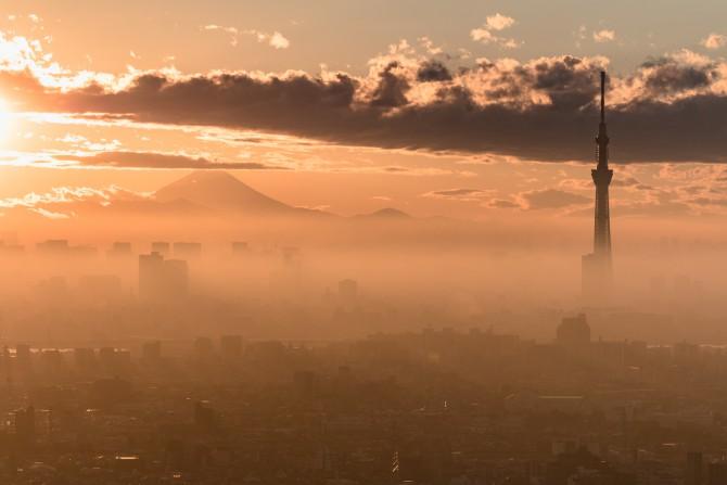 富士山とモヤに包まれる東京