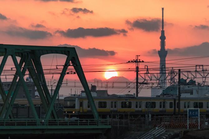 総武線と夕陽と富士山のてっぺんと