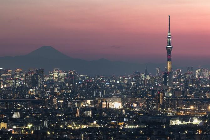 ベルギー国旗をイメージした特別ライティング中の東京スカイツリーと富士山