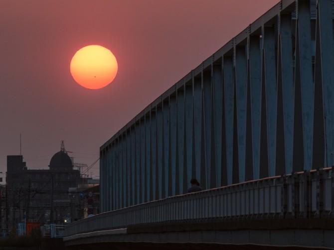黒点のある夕陽と市川橋