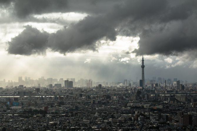 台風の雲が通過する東京