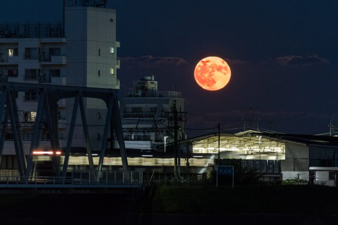 満月と京成線