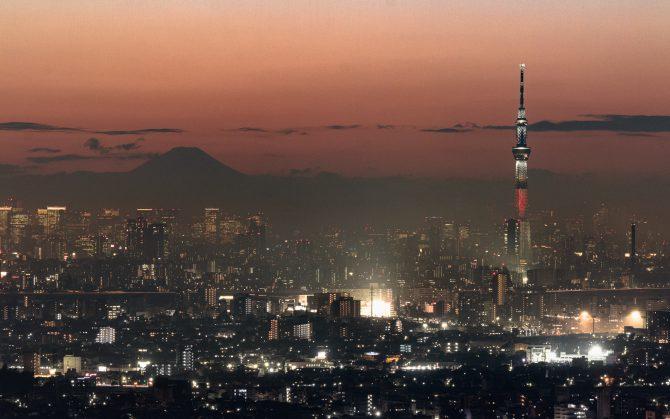 ちらし寿司特別ライティング中のスカイツリーと富士山
