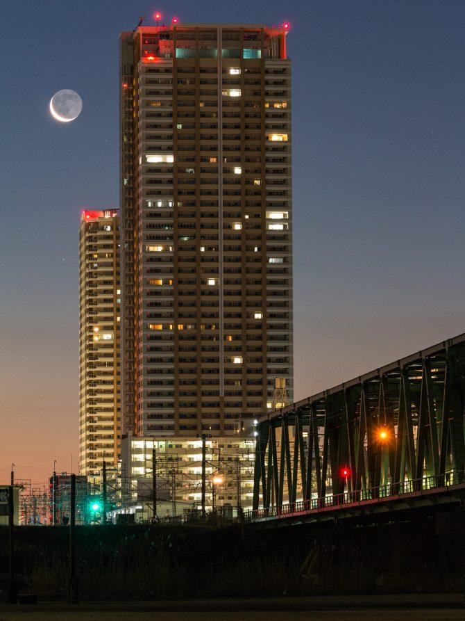 日の出前の市川と細い月