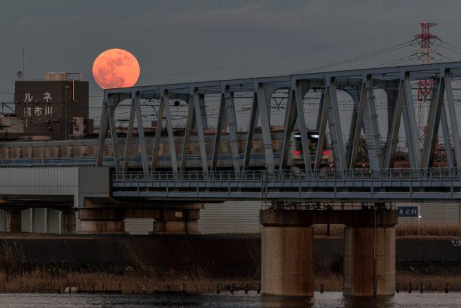 月の出直後の赤い月と東西線