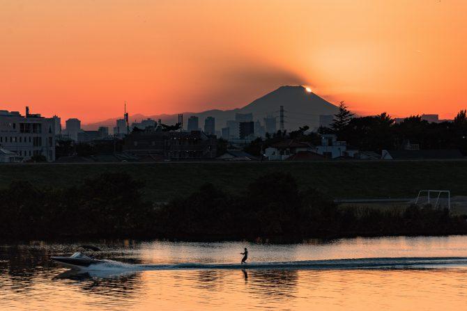 「富士山の影」 江戸川より
