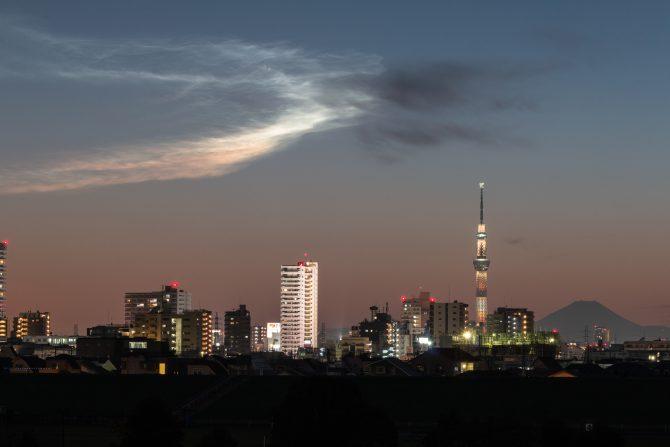 「ロケット雲と富士山、スカイツリー」 江戸川より