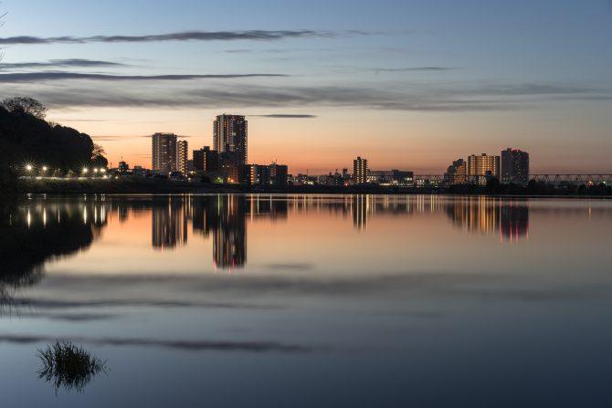 朝焼けの江戸川と市川の街並み