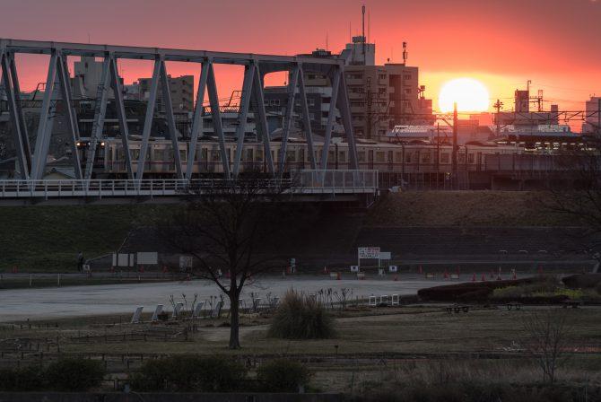 江戸川駅に沈む夕陽と京成線