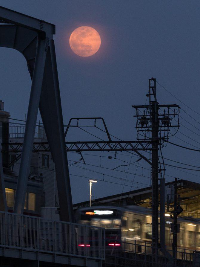 おぼろ月の満月と京成線